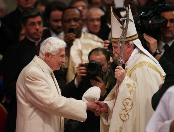 罕见!枢机主教任命典礼 前后任教宗同场现身