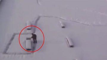大雪初霽,這名男子拿著雪鏟清理道路,眾人剛要感謝他,突然發現上當啦!