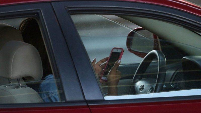 【汽车专栏】调查:三分之一的加拿大司机在红灯前发短信