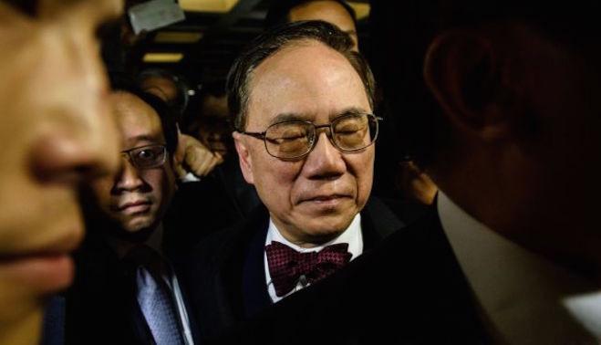 香港前特首曾荫权罪成 手抖含泪离法庭