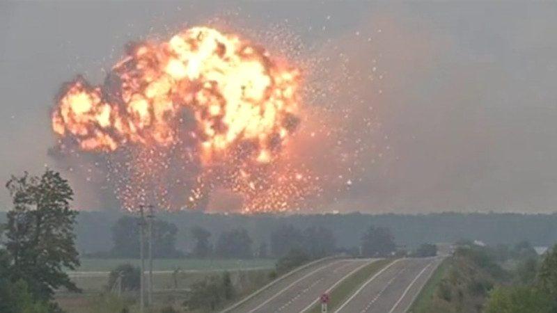 乌克兰18万吨军火库大爆炸场面震撼 系人为破坏(视频)