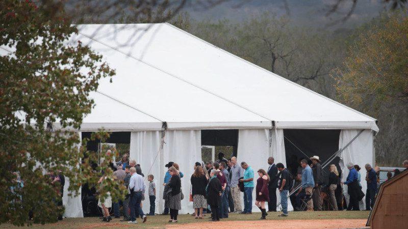 德州枪击案过去两周 涉事教堂首度举行宗教集会
