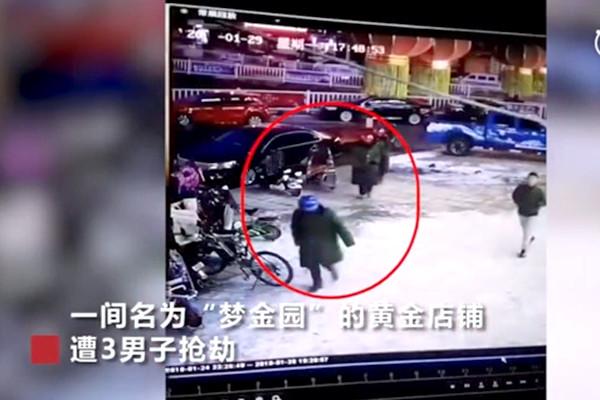 河南3劫匪持枪握斧 抢走黄金百万(视频)