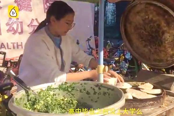 南京父带19岁女摆地摊:读大专耽误时间浪费钱(视频)