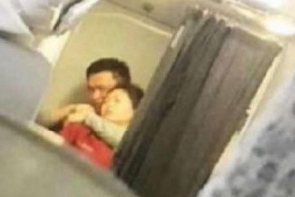 大陆劫机事件 男子挟持空姐惊魂一幕曝光(视频)