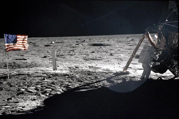 """被外星人""""偷""""走了?月球上的美国国旗神秘消失"""