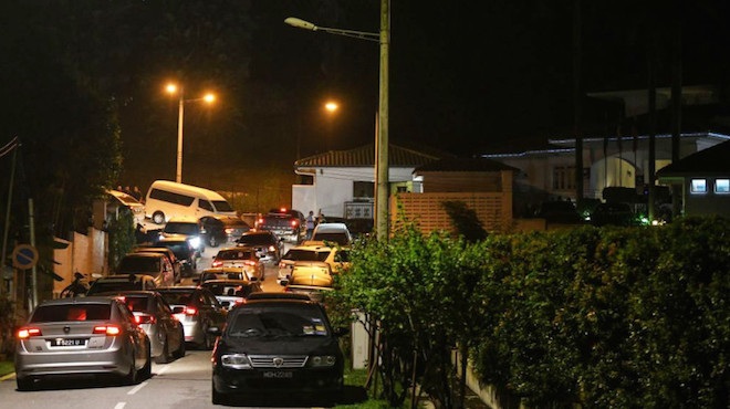 马国警兵分5路 大阵仗漏夜搜索纳吉布住处