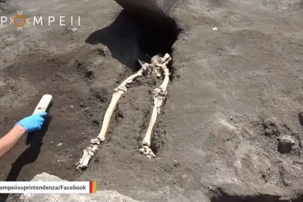 震撼!庞贝遗址新发现 古城男子被巨石削去上半身