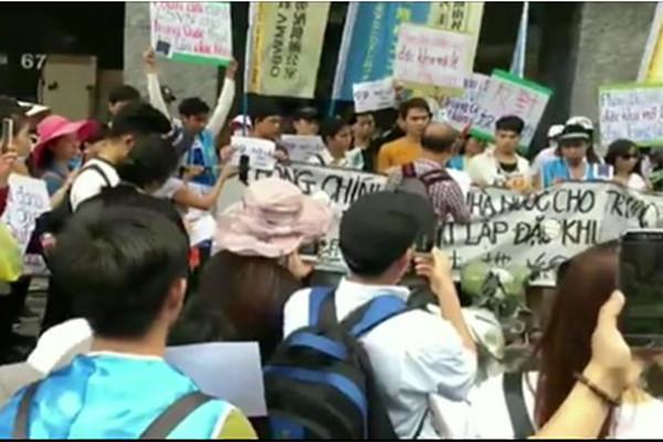 越南反华游行愈演愈烈 防暴警察被缴械