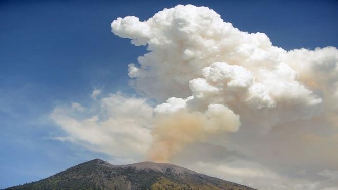 印尼阿贡火山喷发 巴厘岛关闭机场近450航班取消