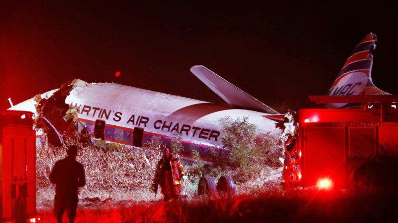 老旧客机坠毁南非机场 断3截砸中工厂1死约20伤