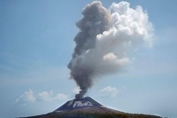 印尼火山1天喷发56次 克拉卡托方圆一公里列禁区