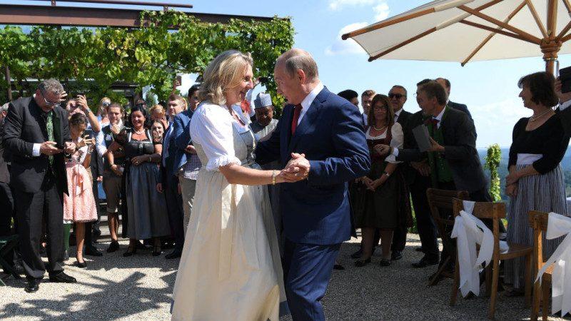 访德前 普京意外现身奥地利外长婚礼