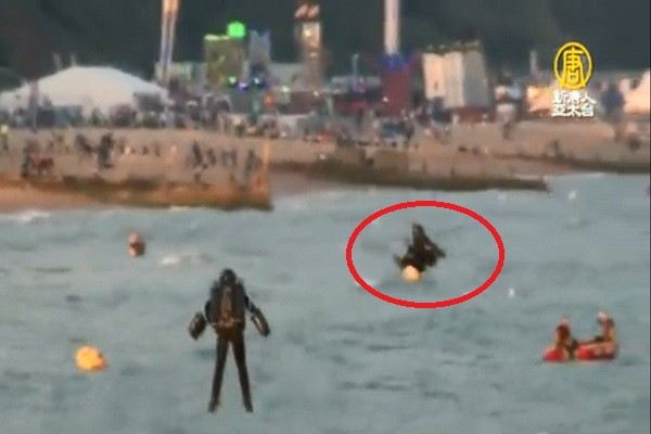 英航空節噴射「鋼鐵人」 空中冒火焰旋轉墜海