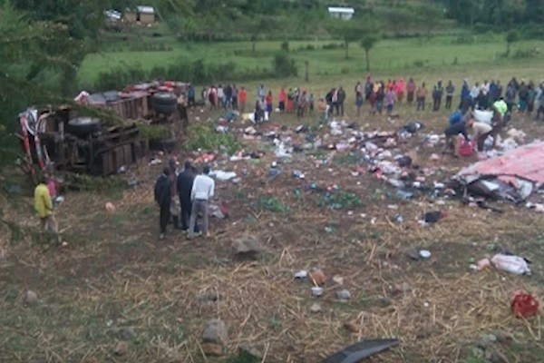 肯尼亚巴士翻覆车顶掀翻 42人当场身亡