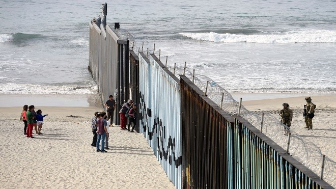 逾1500移民抵边境 美国防部:5800士兵严阵以待