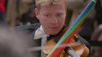 為讓遺失物與主人重逢  倫敦皇家樂團用雨傘拉小提琴