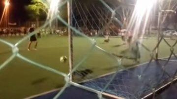 亂入足球賽 臘腸狗竟替守門員擋下罰球