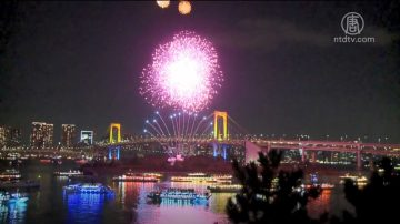 东京彩虹烟火夜空争艳 渲染圣诞气氛