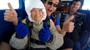102歲澳洲老太跳傘為慈善 破世界紀錄