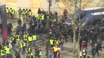 黄背心抗议规模大减 巴黎人开始圣诞采购