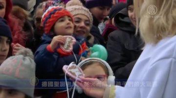 新聞放輕鬆:德國聖誕老人「從天而降」 孩子們的大驚喜