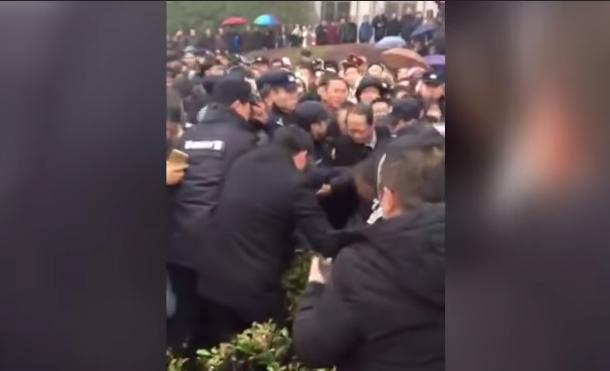 江蘇過期疫苗事件發酵 縣委書記打官腔遭圍毆(視頻)