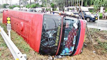 泰國旅遊巴翻側 13中國遊客受傷送院