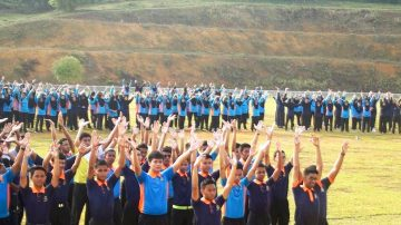 【禁聞】八百馬國學生學煉法輪功 開心分享體會