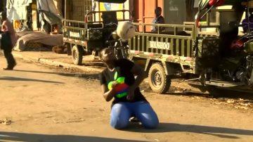 足球像身體一部分 非洲女子雜耍爆紅