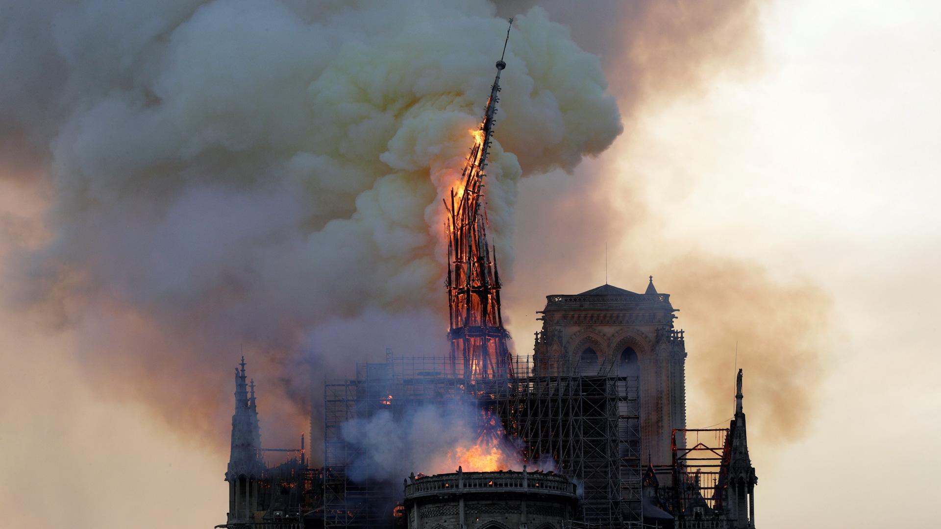 巴黎聖母院突發大火 建築大部分被燒毀